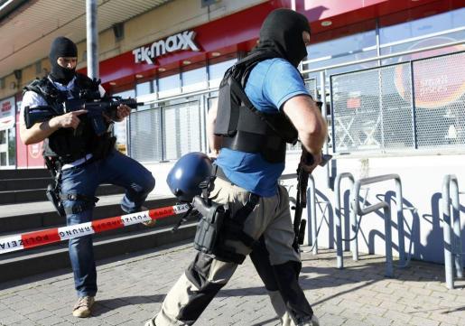Dos agentes de la policía especial alemana este jueves en el cine donde se produjo un tiroteo.