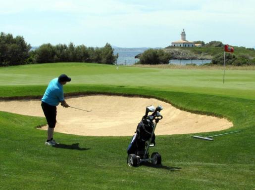 Un jugador participa en el torneo de golf de Alcanada.