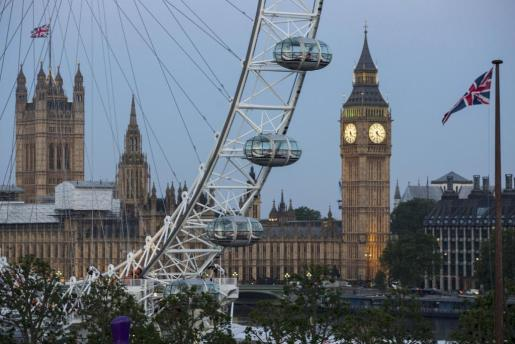 Amanecer ante las Casas del Parlamento en Londres (Reino Unido).