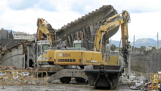 Imagen de archivo de la demolición del Lluís Sitjar, iniciada a finales del año 2014. El antiguo estadio del Real Mallorca presentaba riesgo de derrumbe y Cort decidió acometer su derribo de forma subsidiaria.