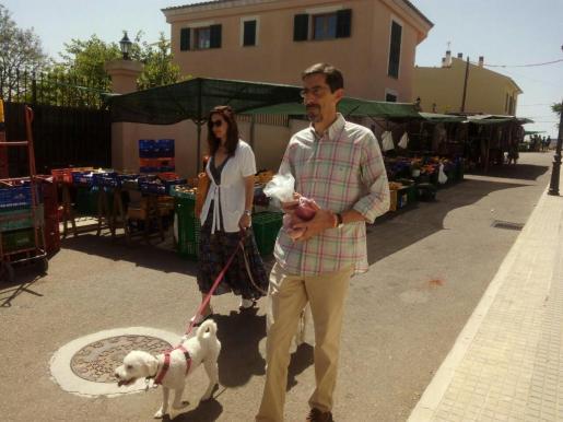 Fernando Navarro, candidato de Ciudadanos Baleares, pasea por el mercado de Santa Eugènia con su mujer y sus perros.
