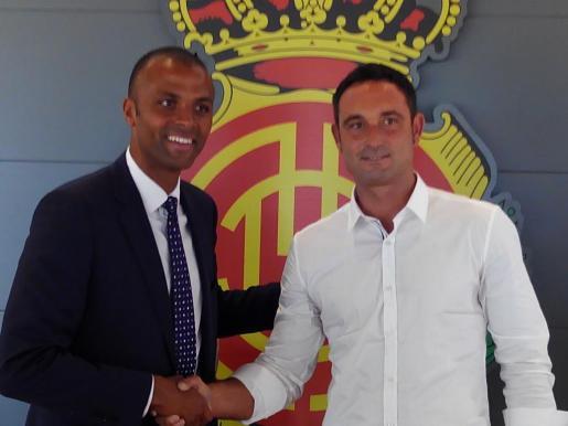 Maheta Molango y Javier Recio posan tras la rueda de prensa de presentación del nuevo director deportivo del club.