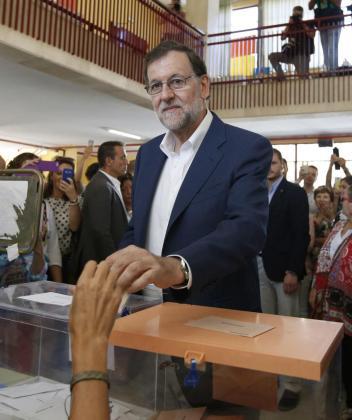 El presidente del Gobierno en funciones y candidato del Partido Popular para la reelección, Mariano Rajoy,ejerce su derecho al voto en el colegio electoral instalado en colegio Bernadette de Aravaca en Madrid.