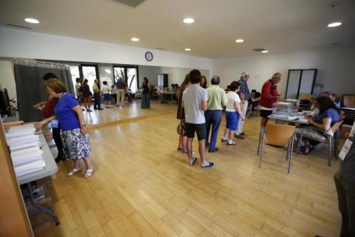 Varios vecinos la localidad madrileña de Pozuelo de Alarcón acuden a votar al Centro Cultural Volturno.
