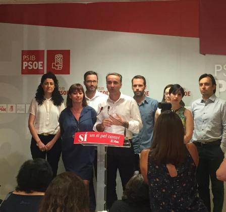 Pere Joan Pons ha comparecido rodeado por Francina Armengol, José Hila, Silvia Cano y Francesc Miralles, entre otros cargos del PSIB-PSOE