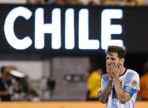 El argentino Lionel Messi reacciona durante la prórroga ante Chile durante la final de la Copa América Centenario celebrada en el estadio MetLife de East Rutherford, Nueva Jersey (Estados Unidos).