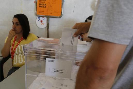 Imagen de archivo de un ciudadano ejerciendo su derecho a voto.