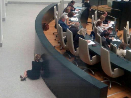 Imagen de Esperanza Aguirre, escondida hablando por el móvil.