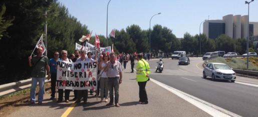 Unas 150 personas, según UGT, se han manifestado este martes en el aeropuerto de Palma para protestar contra la precariedad laboral en las empresas que prestan servicios de tierra a las compañías aéreas.