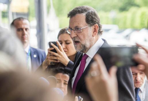 El presidente del Gobierno español en funciones, Mariano Rajoy, atiende a la prensa a su llegada a un encuentro del Partido Popular Europeo de cara a la reunión del Consejo Europeo en Bruselas (Bélgica), este martes 28 de junio de 2016.