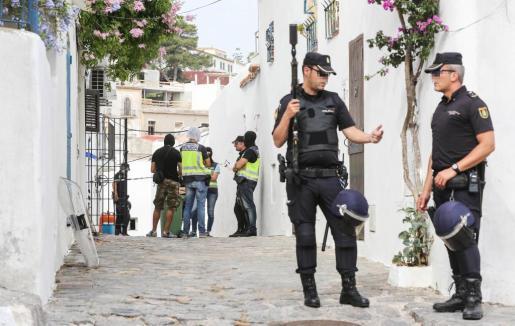 Un grupo de policías durante la operación.