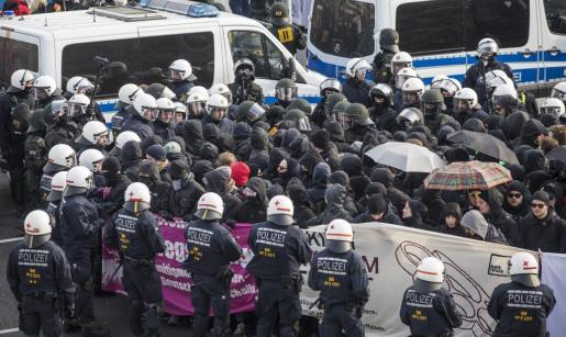La policía alemana trata de controlar una manifestación antifascista.