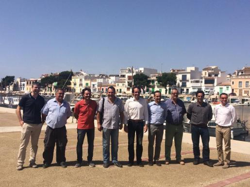 El conseller Marc Pons y el alcalde Joan Xamena junto a otros representantes municipales durante su visita a Portocolom.