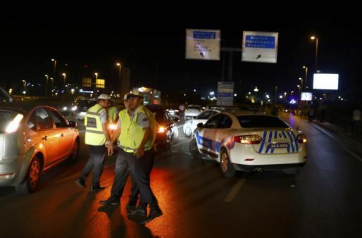La policía en las inmediaciones del aeropuerto de Estambul tras el atentado.