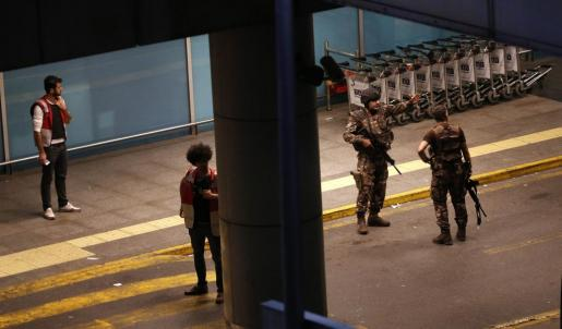 Miembros de las Fuerzas Especiales turcas aseguran el área donde se ha perpetrado el atentado.