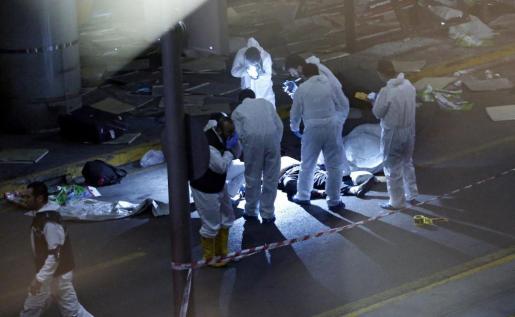 Investigadores forenses tras el atentado suicida perpetrado en el mayor aeropuerto de Estambul, Atatürk.