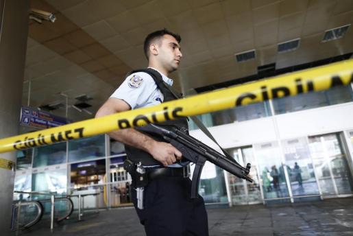 La policía acordona una zona del aeropuerto internacional Atatürk de Estambul.