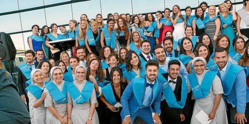 Los recién graduados posaron junto con profesores y el equipo directivo del centro.