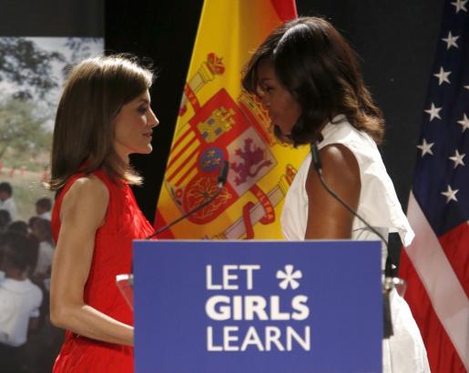 """La reina Letizia junto a la primera dama de EEUU, Michelle Obama, quien ha pronunciado este jueves en Madrid una conferencia sobre su iniciativa """"Let Girls Learn"""", en defensa del derecho a la educación de niñas y adolescentes en todo el mundo."""