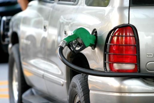 Imagen de archivo de un coche repostando en una gasolinera.