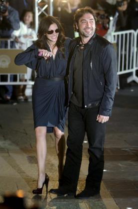 El actor, Javier Bardem (d), y la actriz estadounidense, Julia Roberts, a su llegada al hotel donde se alojan los invitados a la 58 edición del Festival Internacional de Cine de San Sebastián..