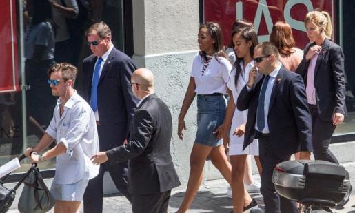 Las hijas de Obama paseando por la Gran Vía.