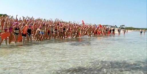 Una imagen de los participantes en el momento de entrar al agua, ayer.