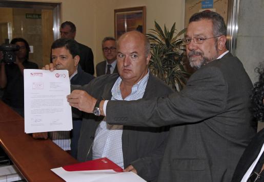 Los secretarios confederales de Organización de UGT, José Javier Cubillo (i), y CCOO, Antonio del Campo (d), entregan en el Ministerio de Fomento su propuesta de servicios mínimos en el sector del transporte para la huelga general del 29 de septiembre.