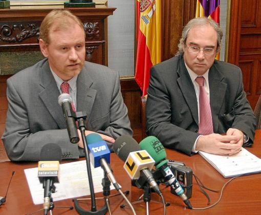 Ramón Morey (derecha) en una rueda de prensa junto a Ramón Socías, exdelegado del Gobierno.