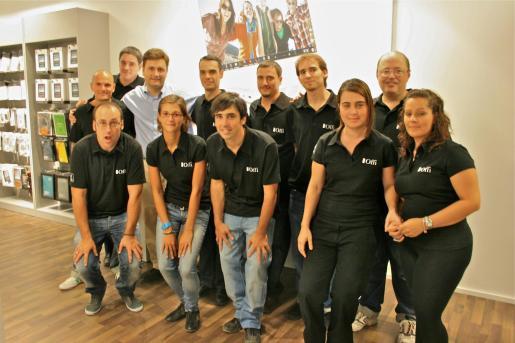 Emilio Guzmán, director comercial de Offi en España, junto al equipo comercial de la tienda de la calle Sindicato.