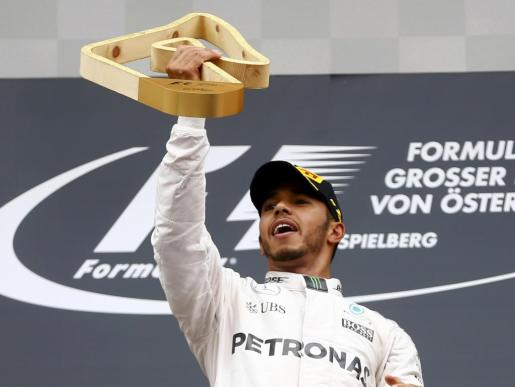 El británico Lewis Hamilton celebra la victoria en el Gran Premio de austria de Fórmula 1.