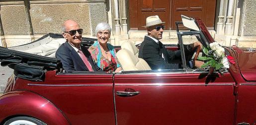 Antonio Nicolau y Maribel Albertí llegaron a la parroquia de la Verge del Carme en un vistoso coche de época. A la derecha, lluvia de pétalos sobre el matrimonio tras la celebración de la misa de sus Bodas de Oro.