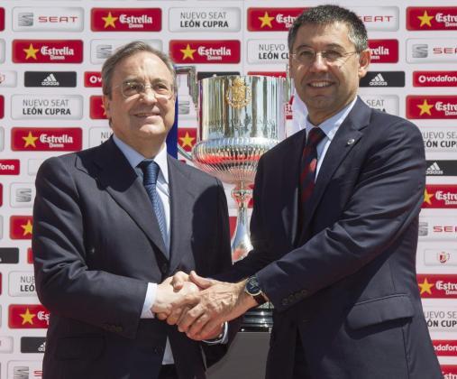 Los presidentes del Real Madrid, Florentino Pérez, y del FC Barcelona, Josep María Bartomeu, se saludan instantes antes del almuerzo previo a la final de la Copa del Rey de 2014.