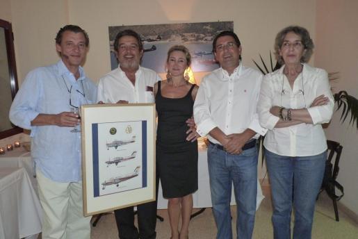 A la izquierda, el comandante Javier Rovira, el comandante José Parejo Navas y su esposa En Robledo, Manuel y Humildad Parejo.