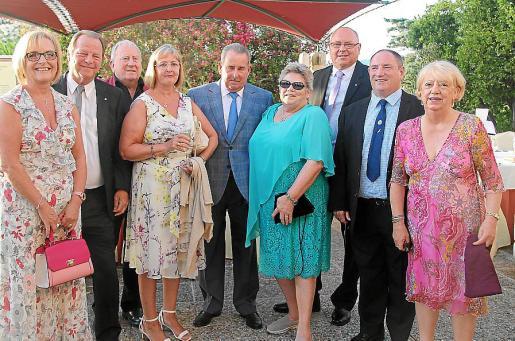 Lynn y David Jarvie, Lee Whittaker, Carolyn Menzies, Raimond y Arlene Binnie, Roy Menzies, Berndt Smith y Sandra Whittaker.