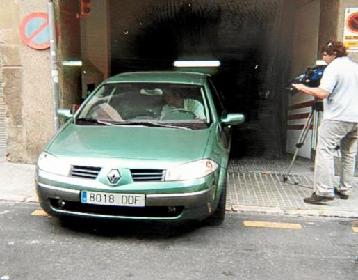 La policía se llevó ayer el coche del párking para examinarlo.