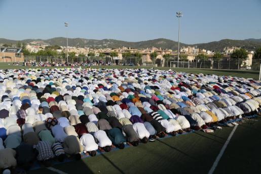 Cientos de personas acudieron al recinto de Son Moix para participar en el acto más importante al terminar el Ramadán.