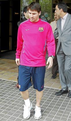 Leo Messi, ayer, a su salida del hospital.
