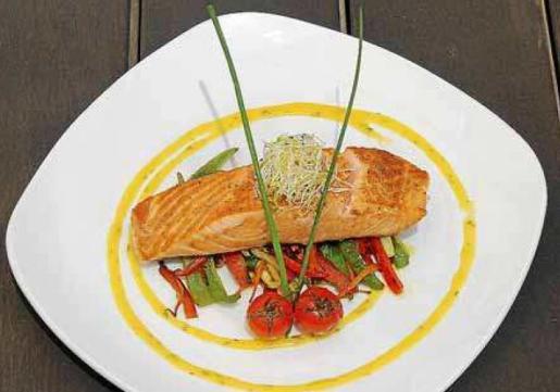 El Pabisa Beach club propone una receta de salmón en salsa de cítricos con vegetales.