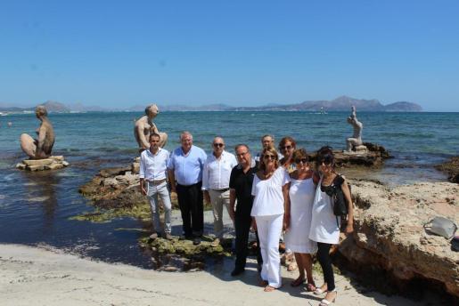 Joan Bennàssar, rodeado por los regidores del gobierno de Santa Margalida, este jueves, junto a uno de los cuatro grupos escultóricos.