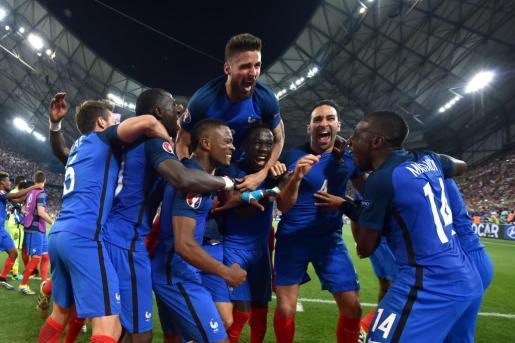 Los jugadores de Francia celebran el pase a la final. Foto:PETER POWELL