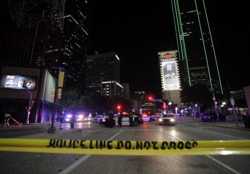 Agentes de la policía de Dallas vigilan en la esquina de Ross Avenue y Griffin street durante una manifestación contra la violencia policial hacia los negros en EEUU, que se saldó con cinco agentes muertos en in tiroteo, en Dallas, Estados Unidos, este viernes 8 de julio de 2016.
