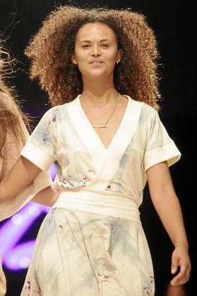 La diseñadora Nadège Seguin luciendo uno de sus diseños en la pasarela Adlib de este año.