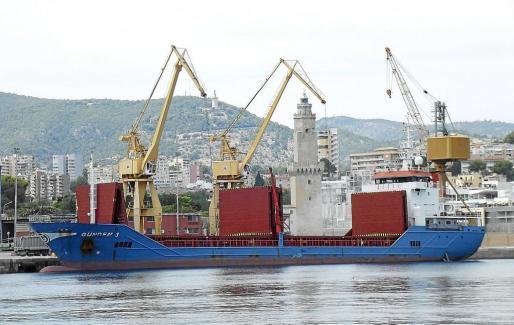 Foto de archivo de un buque descargando en el puerto de Palma.