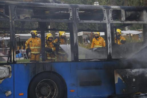 Una dotación de bomberos de Palma trabaja en la extinción de un incendio declarado en un autobús de la EMT en el Passeig Sagrera este jueves.