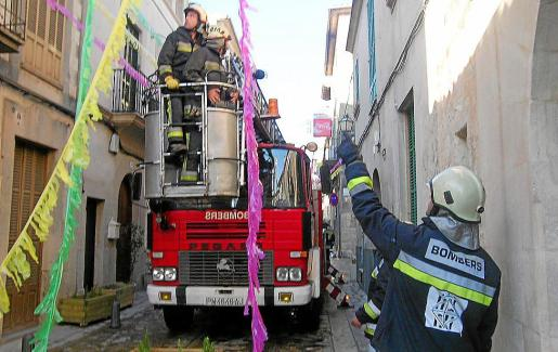 Un camión de bomberos se abre camino por las calles de Montuïri.