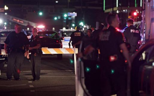 Agentes de la policía de Dallas en el escenario del tiroteo.