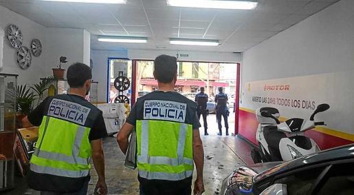 Imagen del registro policial en el interior del taller mecánico del detenido.
