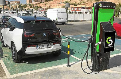 Imagen de archivo de un coche eléctrico mientras se carga.