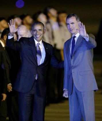 El presidente de Estados Unidos, Barack Obama (i), acompañado por el rey Felipe VI a su llegada la base aérea de Torrejón (Madrid).